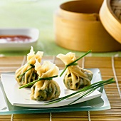 Drei Dim Sum mit Spinat und Mungobohnenkeimefüllung (China)