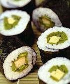 Mehrere Maki-Sushi mit Eierstich und Kaiserschoten
