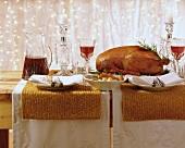 Gänsebraten auf einem weihnachtlich gedeckten Tisch