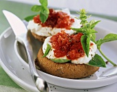 Toasted roll with tomatoes and quark