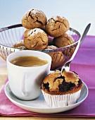 Roggenbrötchen, Kaffee und Blaubeermuffin