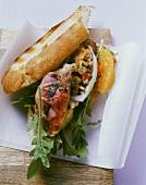 Calamari mit Ziegenkäse gefüllt in einem Baguette liegend