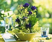 Blumengesteck mit feinem Frauenmantel und Knäuelglockenblumen