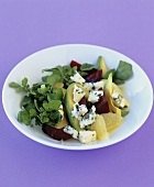 Avocadosalat mit Grapefruit und roter Bete auf violett