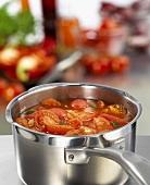 Frische, geschnittene Tomaten werden als Suppe zubereitet