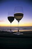 Weinglas Stillleben am Strand in der Dämmerung