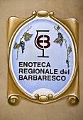 Schild einer regionalen Enoteca bei Barbaresco, Piemont