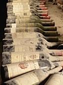 Staubige Flaschen Clairet im Weinkeller