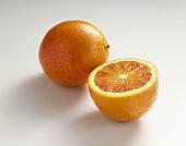 Blutorangen (Citrus sinensis), ganz und halbiert