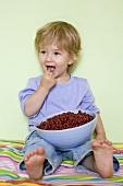 Kleiner Junge mit einer Schale Johannisbeeren