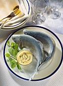 Forelle blau mit Butter-Eier-Sauce mit Minze & Minzezweigen
