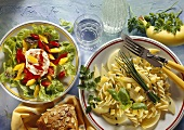 Eichblattsalat mit Paprika & Kräuternudeln mit Käse
