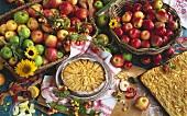 Apfeltorte & Apfelkuchen mit Mandeln & zwei Körbe mit Äpfeln