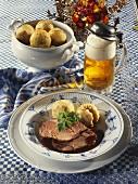 Schweinebraten mit Klössen, Petersilie & ein Krug Bier