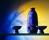 Blauer Krug & zwei Trinkgefässe für Sake (Reiswein)