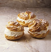 Bignè con la panna (Cream puffs with cream filling and icing sugar)
