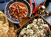 Indische Backkartoffeln mit Joghurtsauce, Erbsen & Chutney