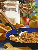 Dinkel-Apfel-Schmarrn in Pfanne mit zwei Gabeln