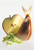 Matjesfilet mit Ingwersauce, Frühlingszwiebeln & Apfelscheibe