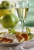 Forellenfilets mit Apfel-Meerrettich-Dip auf einem Teller