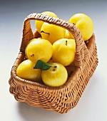 Mehrere gelbe Pflaumen in einem Korb