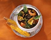 Fischsuppe mit Miesmuscheln und Garnelen im Suppentopf