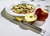 Marinierte Apfelscheiben mit Petersilie und Kapern zubereiten