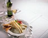 Weisser Spargel mit Zitronensauce und Toastbrot auf Teller