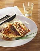 Scharf gewürzte Tofuschnitzel mit Reis auf Teller mit Besteck