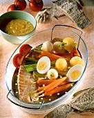 Gedämpfter Stockfisch mit Gemüse und gekochten Eiern; Aioli