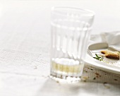 Leer gegessener Teller und ein fast leeres Glas