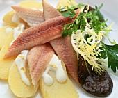 Salat mit geräucherten Aalfilets und Kartoffeln