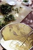 Frische Mayonnaise anrühren; Kräuter auf Schneidebrett
