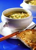 Zwiebelsuppe in Suppenschale mit Käsetoastis