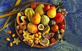 Verschiedene exotische Früchte in einer Schale