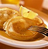 Pancakes mit Ahornsirup und Zitronenschnitz