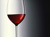 Ein Rotweinglas, zu einem Drittel gefüllt