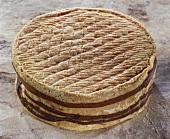 Französischer Käse Livarot auf braunem Untergrund