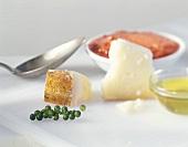 Parmesan, Olivenöl, grüner Pfeffer und Tomatensauce
