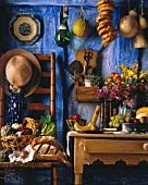 Stillleben in einer Landhausküche mit Gemüsekorb, Brot etc.