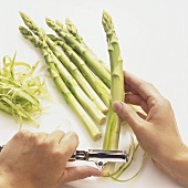 Peeling green asparagus