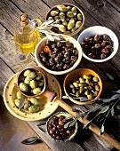 Stillleben mit eingelegten Oliven in Schalen