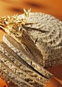 Roggensauerteigbrot mit Brotscheiben und Ähren
