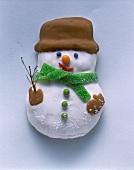 Schneemann aus Lebkuchenteig, mit Zuckerguss verziert