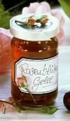 Rosenblütengelee im Glas