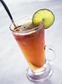 Würziger Punsch Hot Spice im Glas mit Limettenscheibe