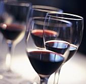 Bordeauxgläser, halb gefüllt mit Rotwein