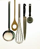 Verschiedene Küchenwerkzeuge: Messer, Schneebesen, Kelle etc.