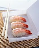 Nigiri Sushi mit Garnelen in weisser Papierschachtel