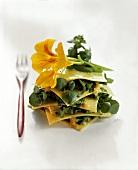 Offene Lasagne mit Wildkräutern und gelber Essblüte